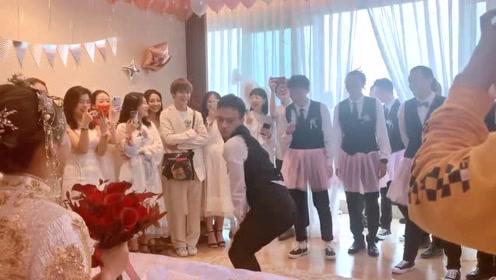 这是一群舞者的接亲仪式!伴郎团展示各种舞姿!新郎帅气又羞涩!