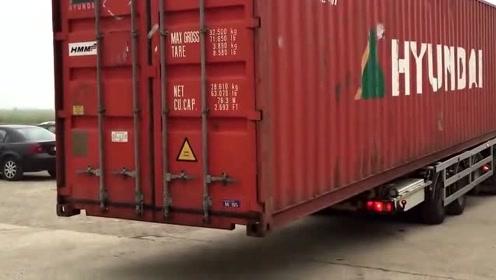 科技探索:集装箱太大了,来看卡车是怎么卸下它的!