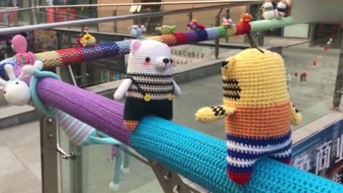 太暖心了!90后妈妈产后抑郁,给整条街的栏杆织上毛衣!
