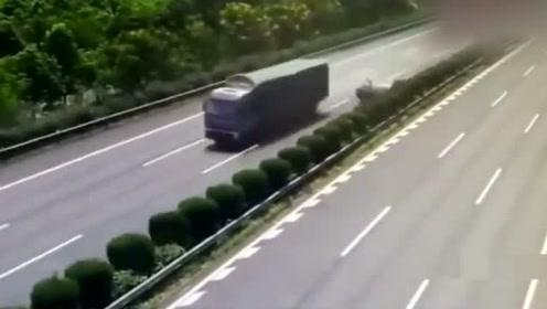 大货车拼死踩下刹车,只为救下小女孩,货司机说值了