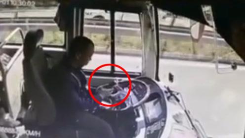 高速大客车司机低头看手机 瞬间追尾副驾卡住一名乘客