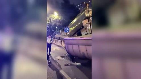 大货车载货超高碰撞人行天桥 致天桥东南侧垮塌