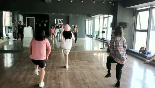粉色帽子小姐姐回眸一笑,堪称舞蹈之最。