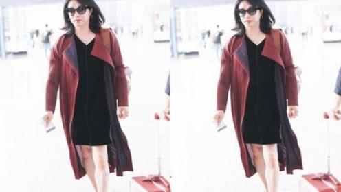 金星又换上裙装,外搭红色风衣高贵优雅,踩高跟鞋女人味很真实