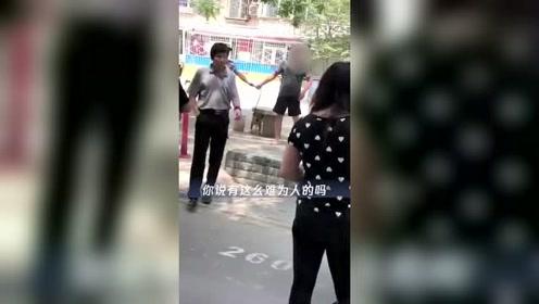 男子遛大型犬拒查 抱摔民警致其重伤