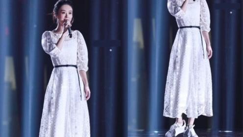 女星礼服里穿运动鞋,赵丽颖却是个例外,意外最时尚