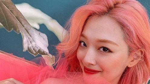 雪莉蜜桃妆粉色蓬蓬裙,配上粉色头发另有一番风格