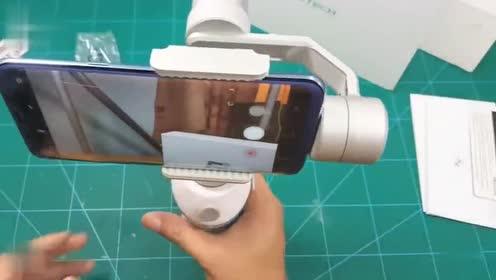 见过这种手机电动自拍杆吗,拍出的视频能媲美专业摄像机,厉害了