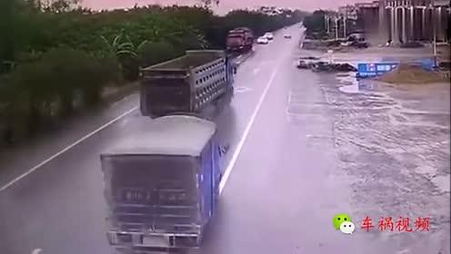 大货车闪灯警告不要逆行!司机就是不听!3秒后肠子都悔青了