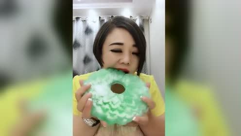 大脸盘子姐姐这牙口真厉害了,大口咬的绿色沙冰凉凉的,超爽啊