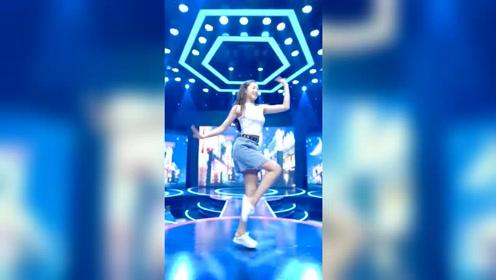 一个宛如明星选秀般的舞蹈视频,不仅小姐姐很美摄像师也要加鸡腿