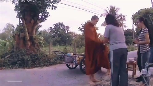 泰国当红男星出家当和尚不顾炎热天气赤脚化缘很虔诚