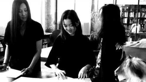 李嫣与设计师创作绘画作品,才华横溢不输黄多多