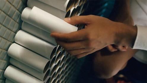 男子害怕与人接触,一个人在家里宅了十年,纸筒被垒成了一道墙