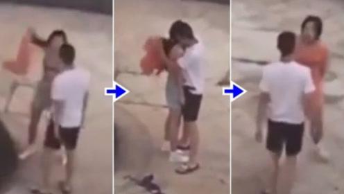 居民拍下真实一幕,情侣吵架,女子脱掉上衣,男友紧紧护住怕走光