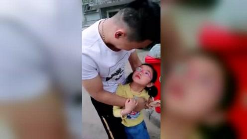 以为被陌生人抱,吓死她,回过头看见是爸爸瞬间开心了!