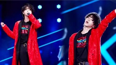 华晨宇一袭红衣唱《斗牛》,睡袍风的造型太耀眼