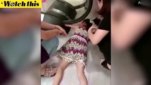 小女孩乘坐商场手扶梯忘了松手 整条手臂被卡住惨叫不已