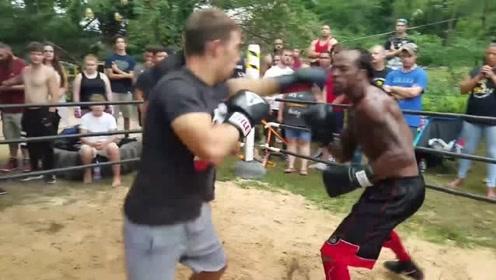 这是我见过的最强的王八拳,黑人把对手逼退到绳边,疯狂大摆拳!