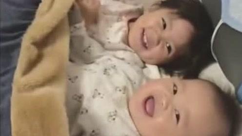 妈妈拿被子盖住小宝宝的脸,接下来掀开被子,宝宝的笑容萌化了!