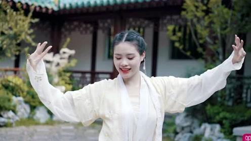 白衣女孩翻跳中国舞《人间不值得》!舞蹈曼妙婉约,脸上的笑容让人忍不住亲近