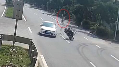 人影模糊!男子骑摩托与小车相撞被弹飞 腾空翻转两圈却无大碍