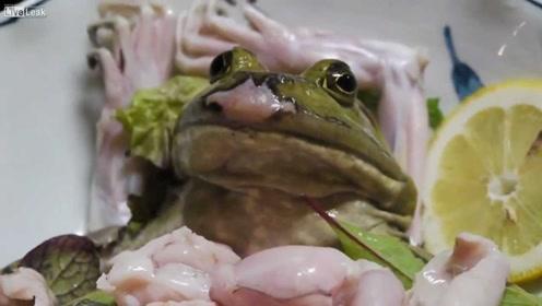 泰国青蛙汉堡吃法多恐怖!日本女性直接生吞,看完简直口水直流