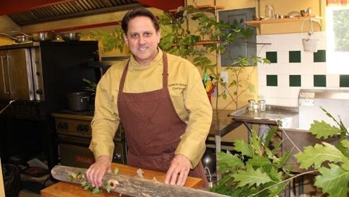 美国男子在地下室开餐厅,取材在自家花园,预约排到了10年后!