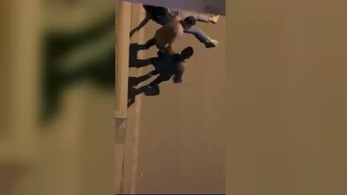 男子街头深夜殴打女友被行拘 警方:女子表示不希望对男友处罚