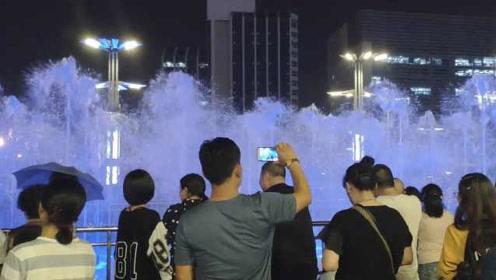 济南泉城广场喷泉音乐总放那几首,市民建议该换换