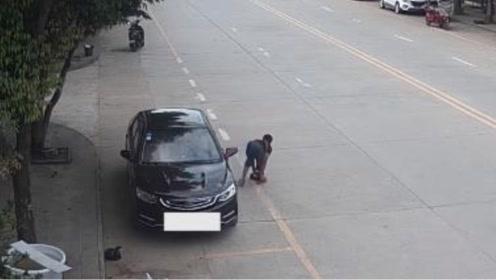 """乞丐开轿车组团""""要饭""""!监控拍下化妆全程引发吐槽"""