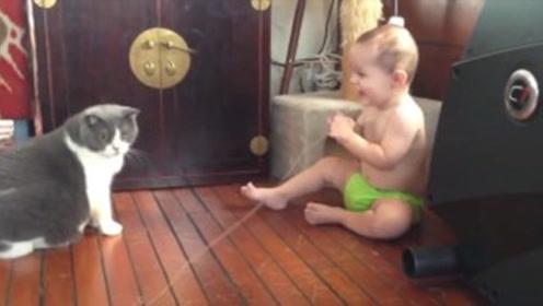 小主人和猫咪玩闹,猫咪多次被惊到,场面太搞笑!