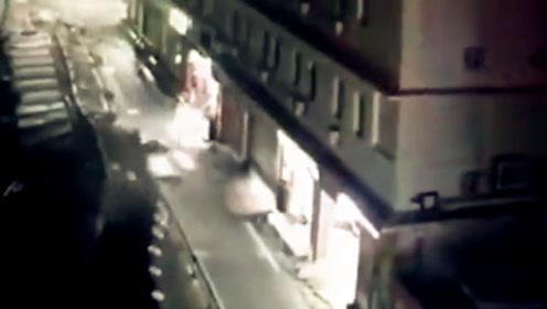 台风白鹿袭城狂风暴雨 围墙成排倒塌男子被压伤