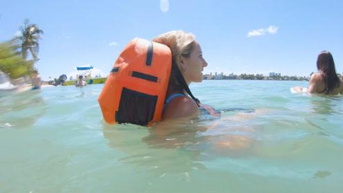 """外国发明""""便携式""""防水背包,背着它游泳也不会进水"""