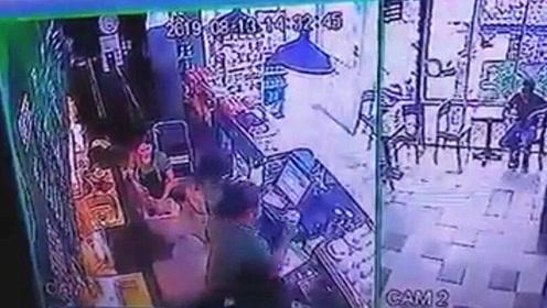 泰国一商家从垃圾桶捞杯子 清洗后继续给客人用
