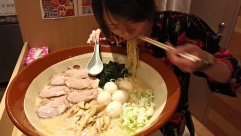 日本小哥吃拉面,放5斤牛肉4个鸡蛋,半个钟内吃完还有奖金