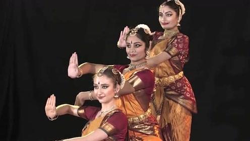 印度的现代风婆罗多三人舞,舞姿刀锋般锐利精准,绝不拖泥带水