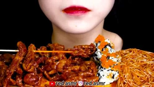 红姐吃无骨鸡爪加菜饭团和金针菇,卖相诱人发出的咀嚼声更有食欲