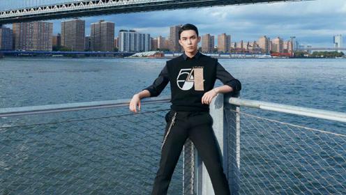 吴磊油头造型现身纽约时装周,与大32岁影后合影造型配一脸