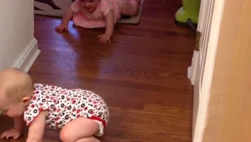 双胞胎姐妹一早就火星语聊嗨,肉嘟嘟的姐姐爬来爬去逗妹妹开心