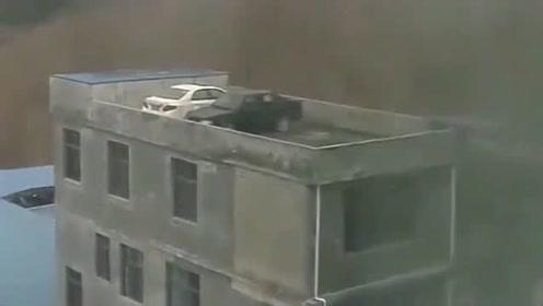 监控:好奇怪,这汽车是怎么上去的