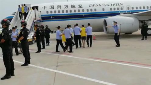 临沂警方破获跨境电信网络诈骗案 包两架飞机押解84名嫌犯回国