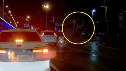 出租车飞速冲上安全岛侧翻,致4人受伤,监控拍下惊险瞬间