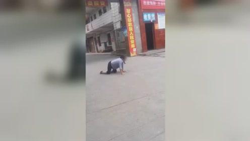邵阳一防疫站门口老人爬地上发出狗叫声 专业人士:并非狂犬病