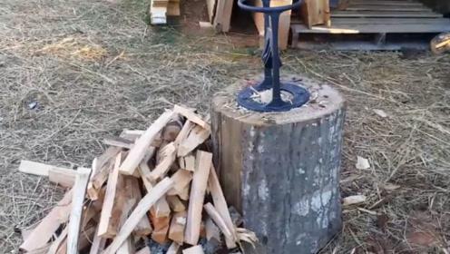 为了让妈妈劈柴不再受伤 ,小女孩发明劈柴神器, 还大赚了一笔