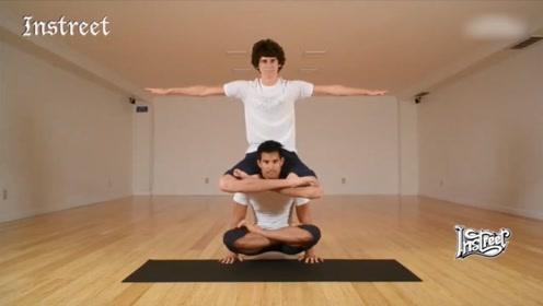看这哥俩儿,向我们展示这些奇葩的健身姿势