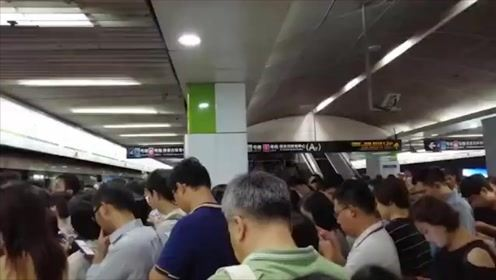 上海地铁2号线早高峰故障 部分站台上演人从众流量大片