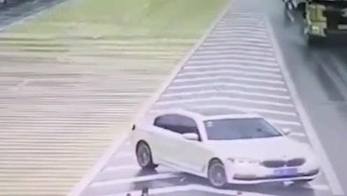 宝马车主这是什么操作,害得大货车侧翻,幸好没有人受伤!