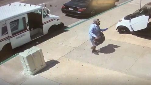 邮递员好端端的在路边卸货 突然一辆汽车从背后驶来将其撞倒