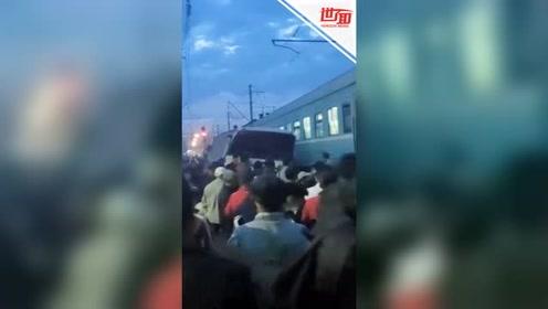 哈萨克斯坦酿严重车祸:汽车正排长龙 火车冲出将公交撞飞